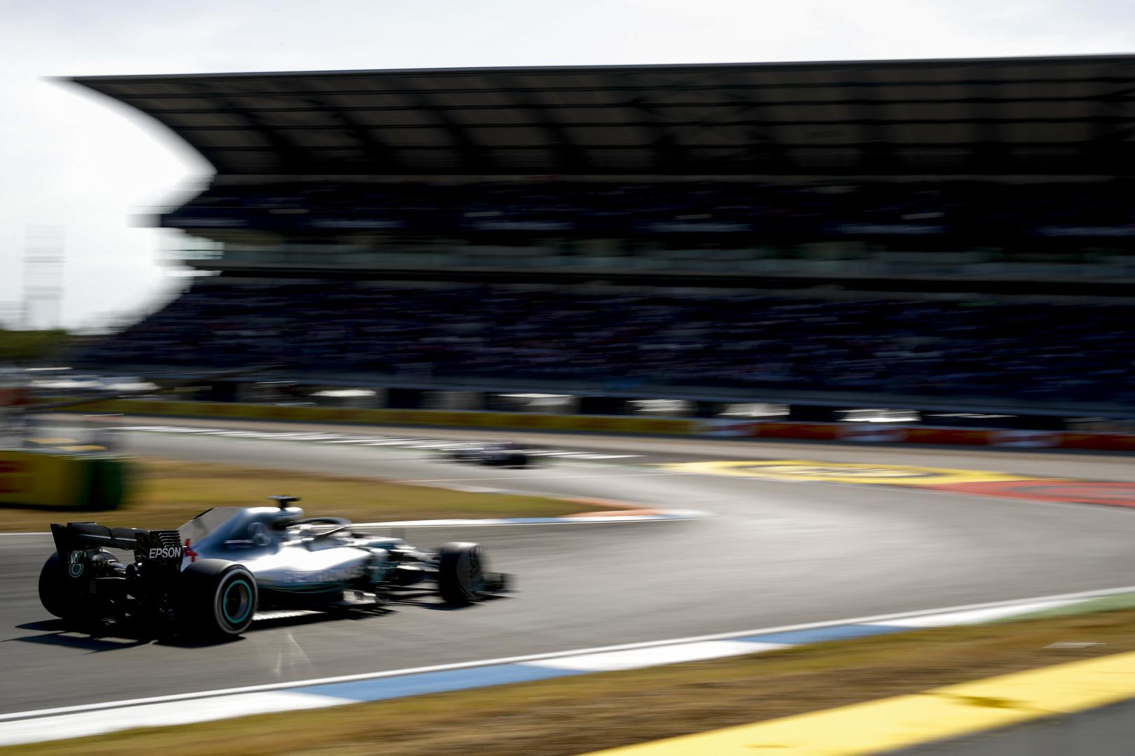 """""""Mercedes"""" patvirtino - bolidas sugedo ne dėl L. Hamiltono kaltės"""