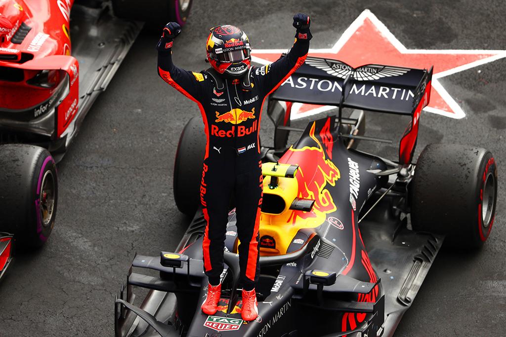 """""""Red Bull"""" nori, kad M. Verstappenas taptu jauniausiu F-1 čempionu"""