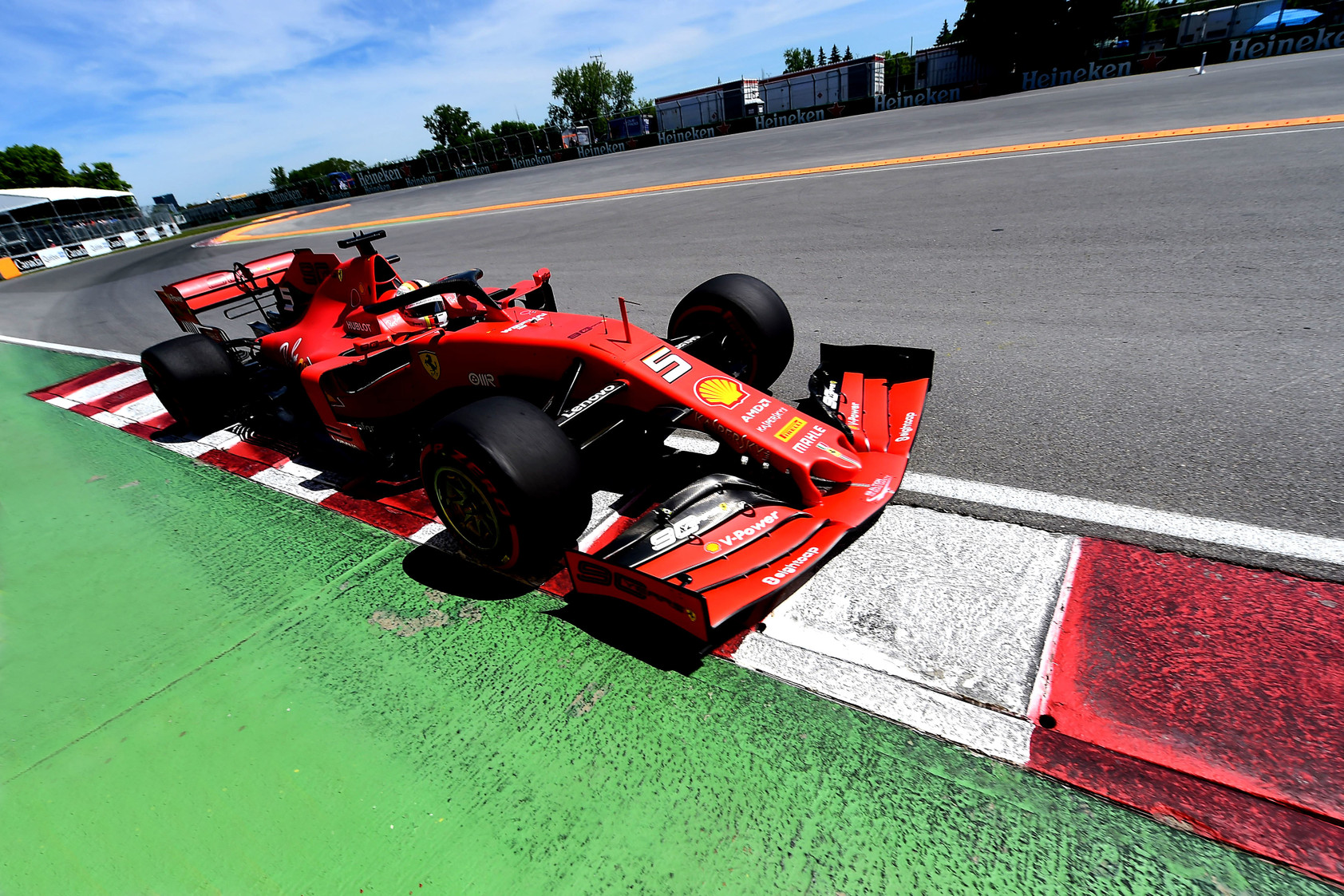 J. Villeneuve'as: Kanadoje turėjo būti nubaustas D. Ricciardo, ne S. Vettelis