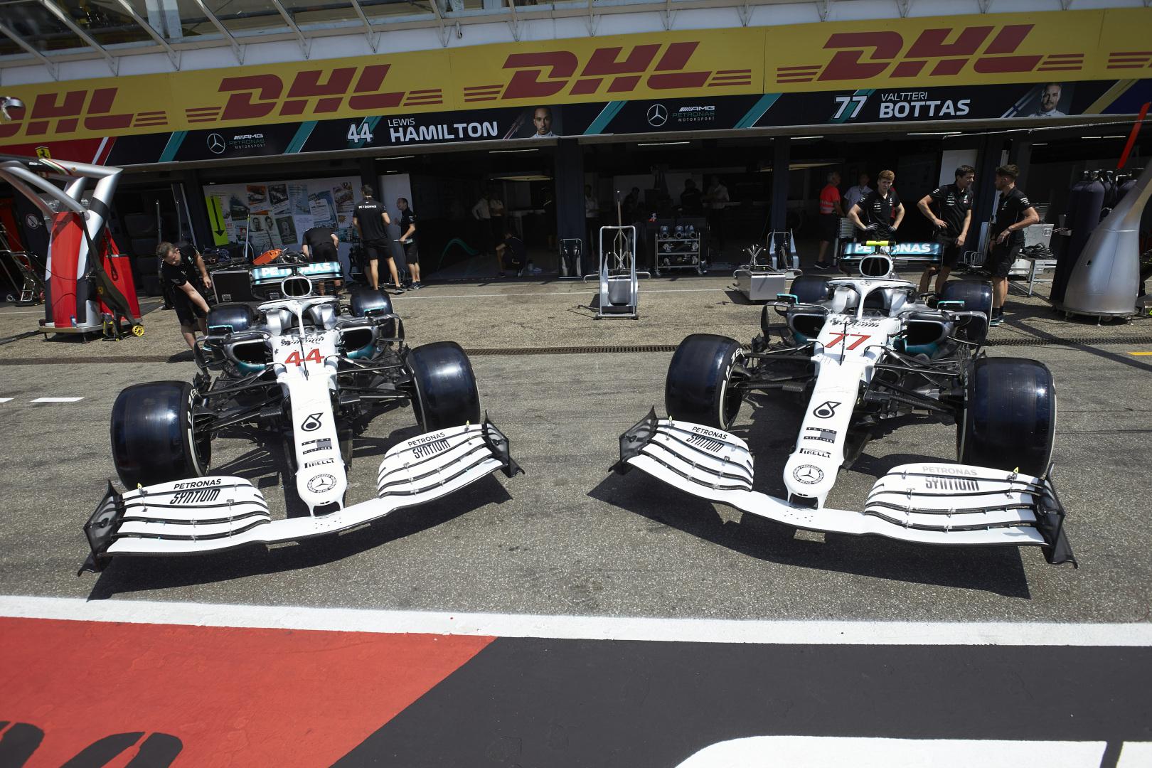 """""""Mercedes"""" pristatė tik Vokietijos etapui skirtą bolidų išdažymą"""