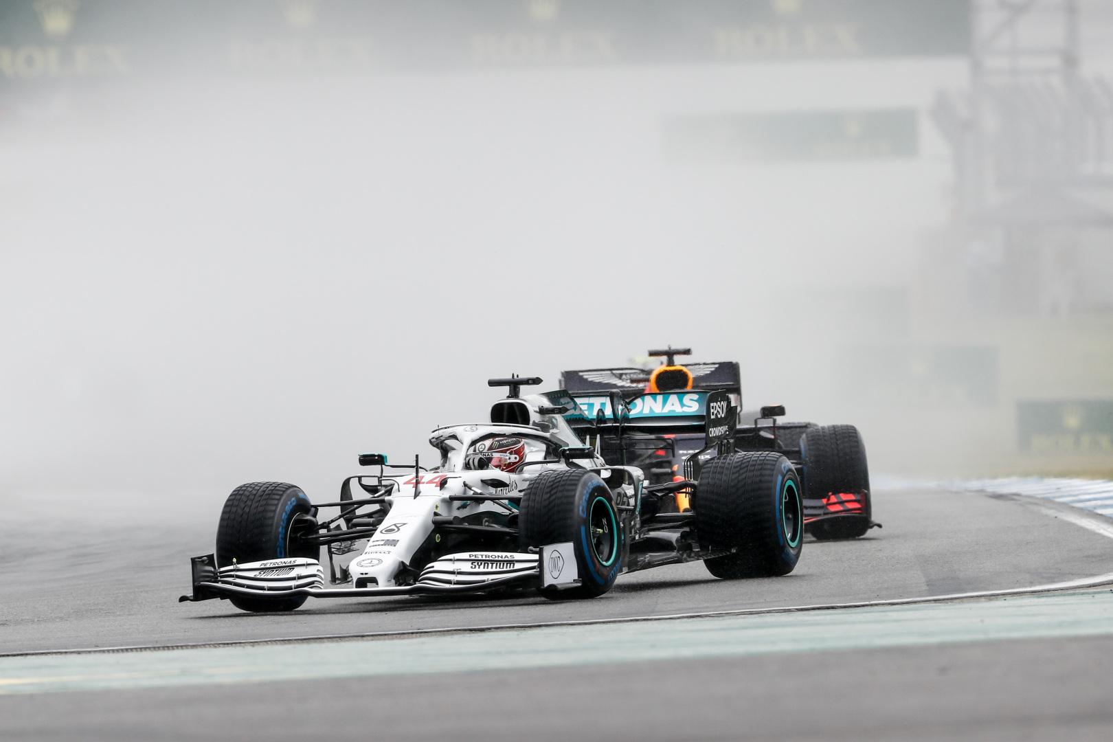 """""""Mercedes"""" paaiškino ilgą L. Hamiltono sustojimą"""