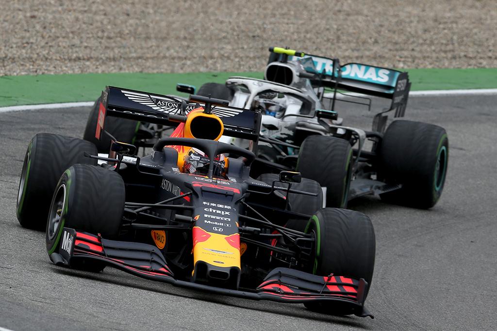 """L. Hamiltonas: tam tikrose trasose """"Red Bull"""" turi daugiau galios nei mes"""