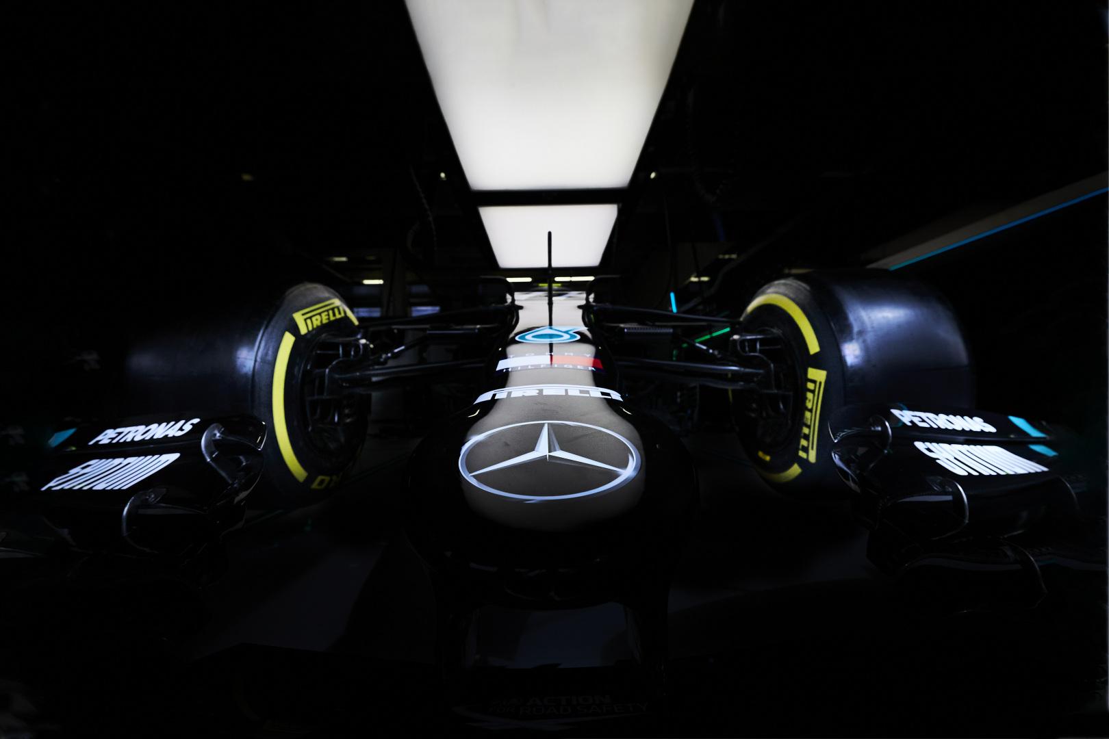 """Mercedes"" rengiasi sudėtingoms lenktynėms"
