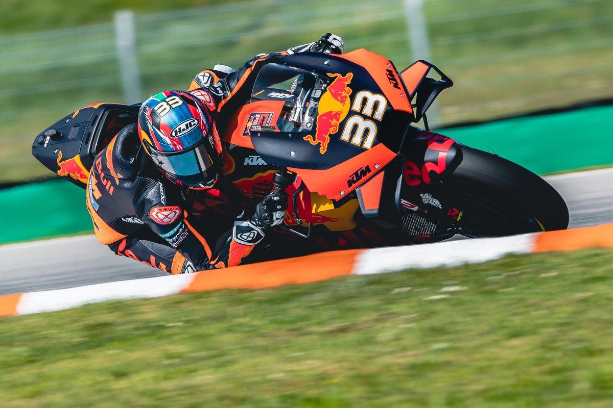 """<span style=""""background:#d5002c; color:white; padding: 0 2px"""">MotoGP</span> Čekijoje - čempionato naujoko B. Binderio pergalė"""