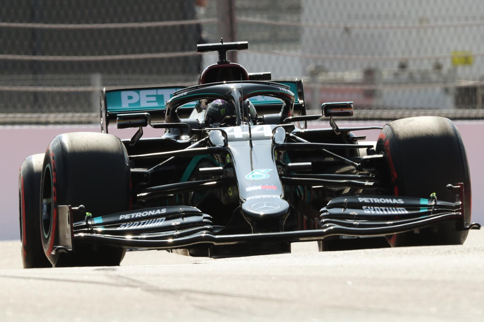 """Trasos rekordą pagerinęs, """"pole"""" Sočyje iškovojo L. Hamiltonas"""