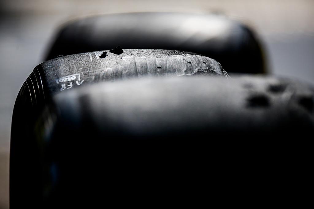 """L. Hamiltonas liko nepatenkintas 2021 m. """"Pirelli"""" padangomis"""
