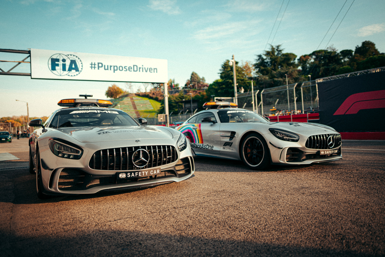 """Nuo 2021 m. bus naudojami """"Aston Martin"""" ir """"Mercedes"""" saugos automobiliai"""