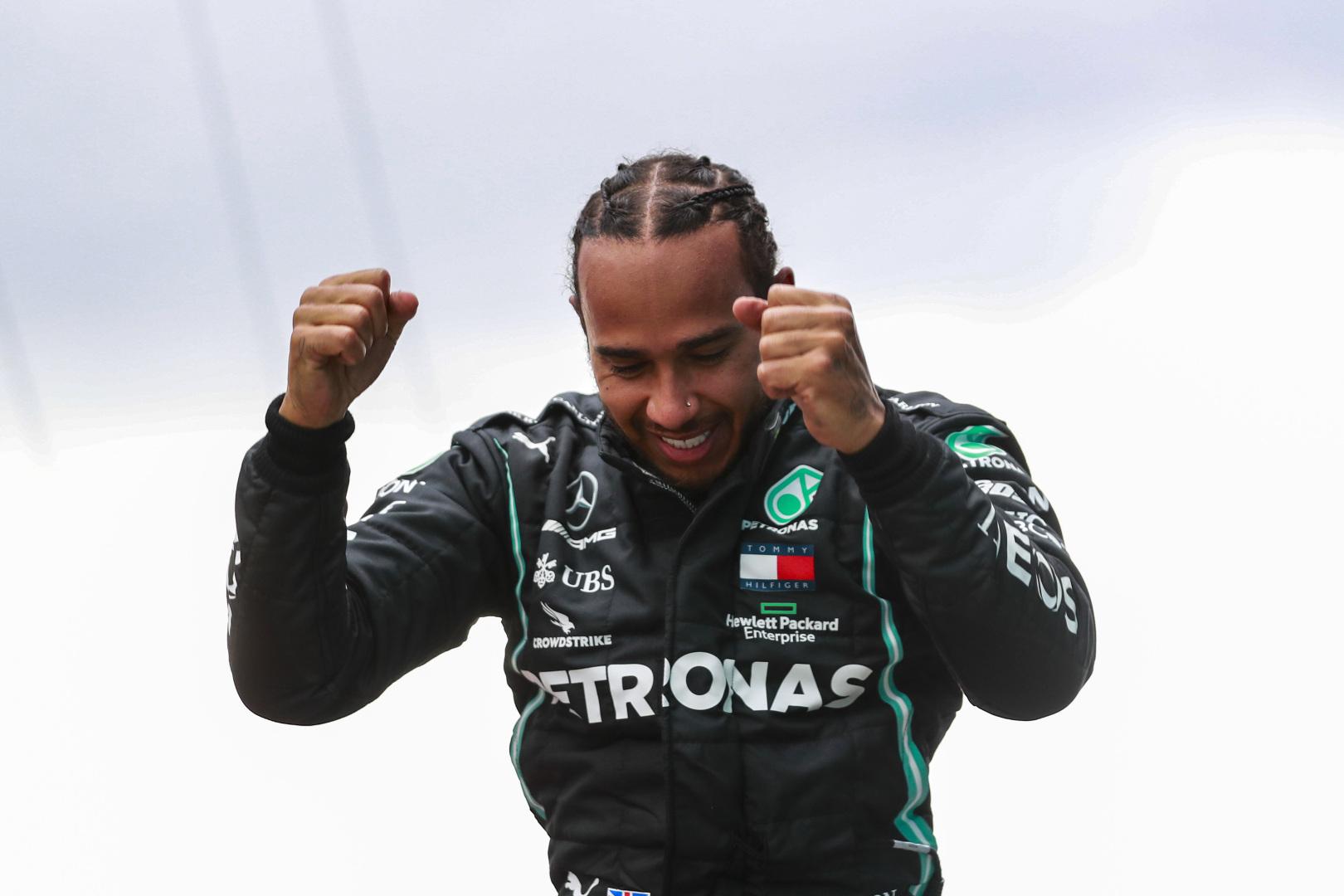 """Oficialu: L. Hamiltonas pasirašė naują sutartį su """"Mercedes"""""""