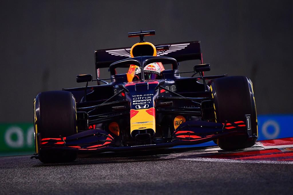 """Paskutinėje sezono kvalifikacijoje """"pole"""" iškovojo M. Verstappenas"""
