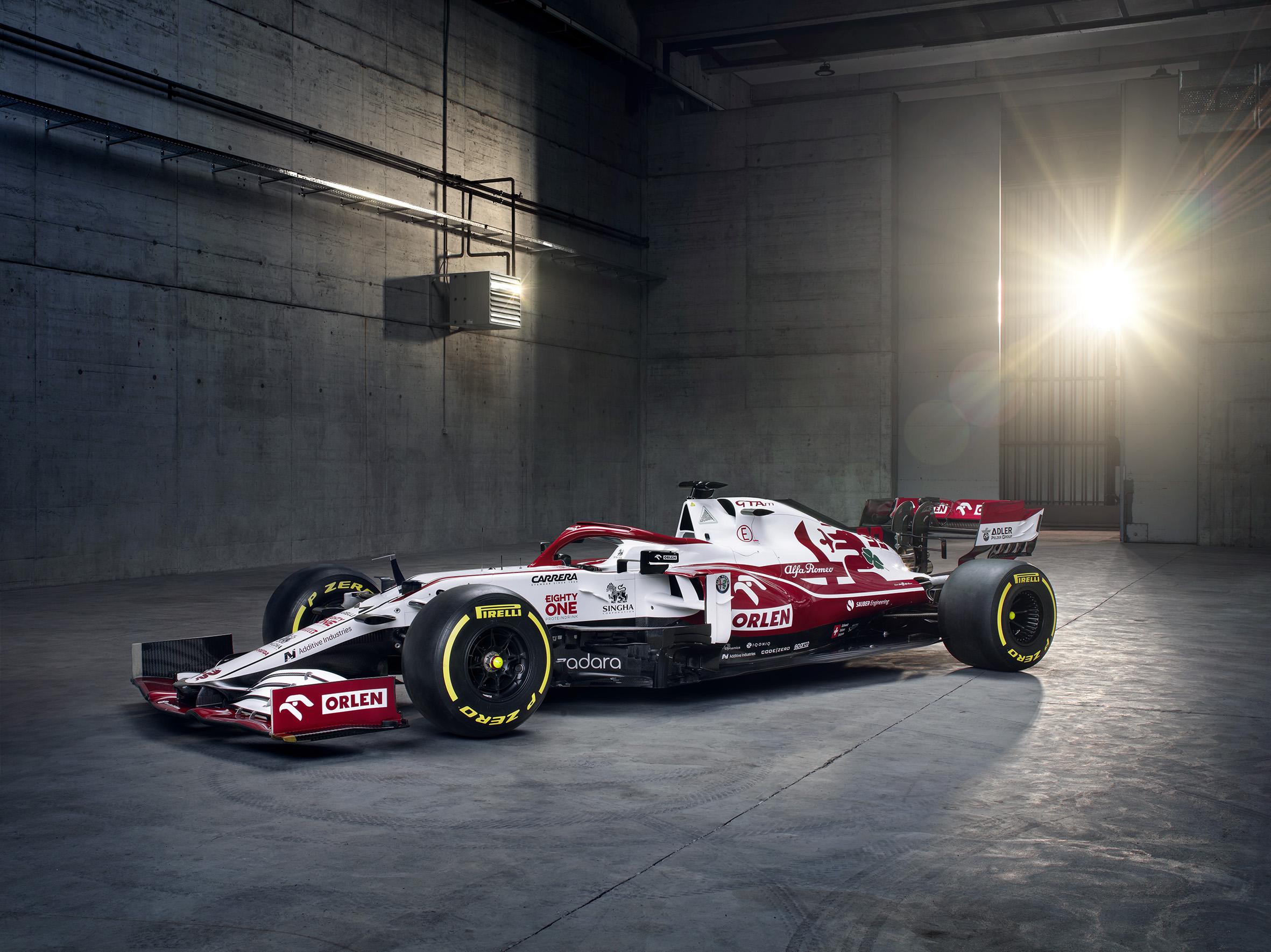 """""""Alfa Romeo"""" pristatė artėjančio sezono bolidą"""