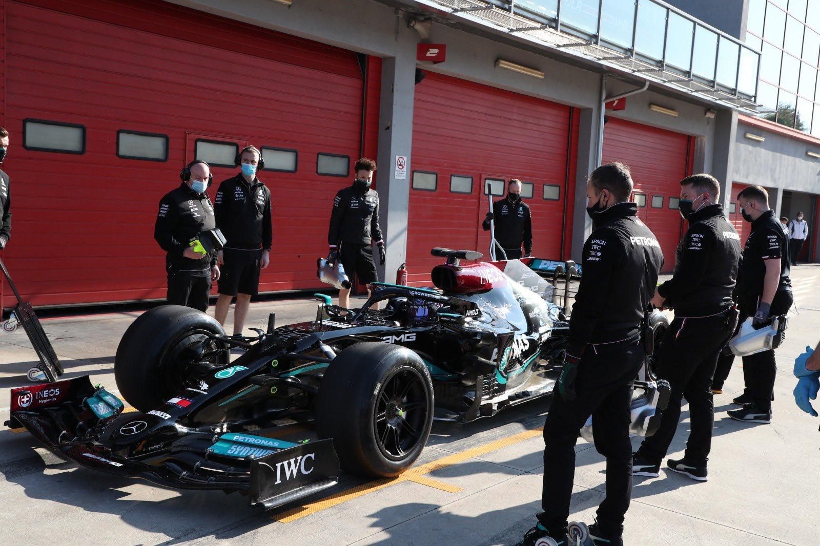 """L. Hamiltonas Imoloje išbandė didesnes """"Pirelli"""" padangas"""