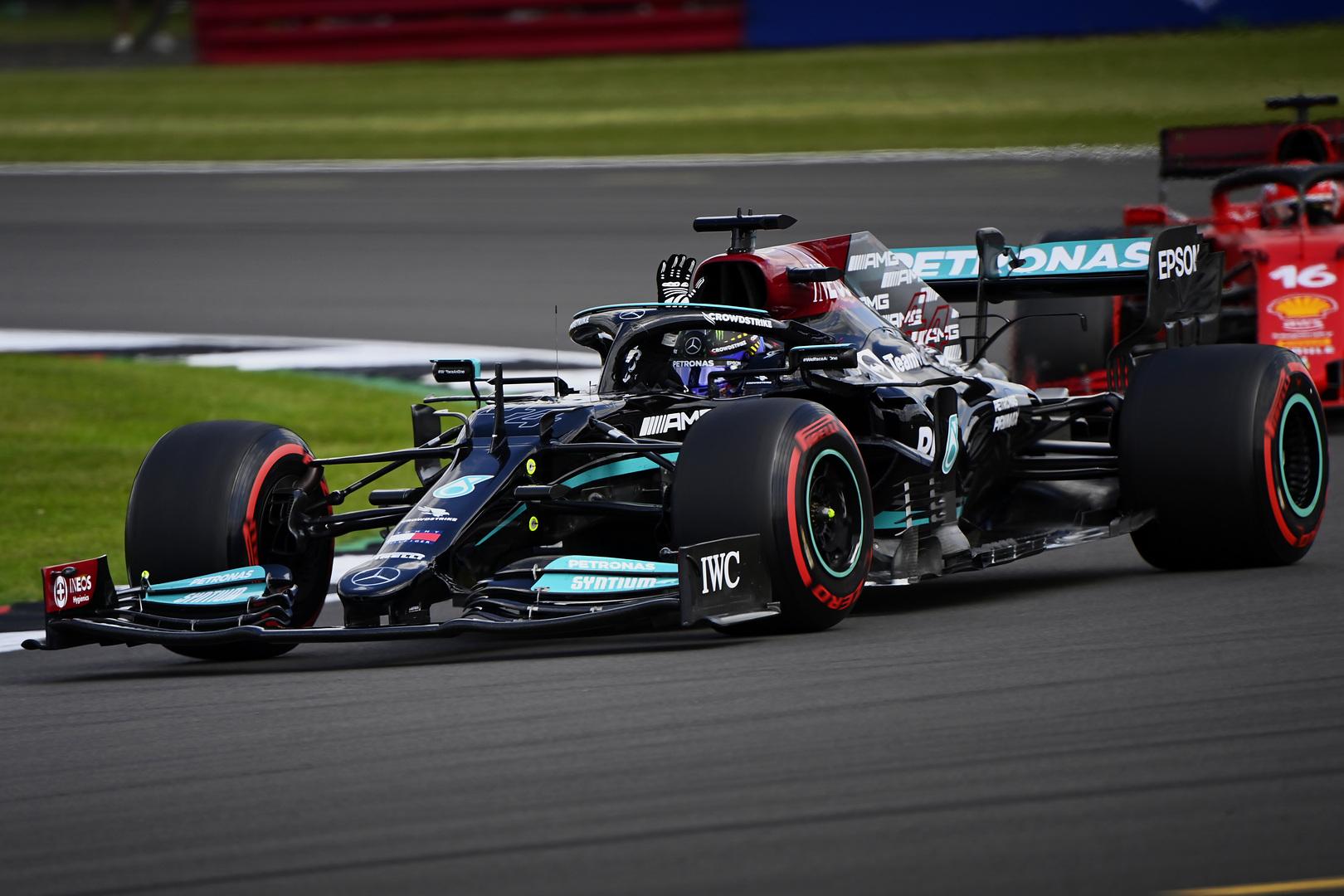 Silverstoune vykusių lenktynių pabaigoje pergalę išplėšė L. Hamiltonas