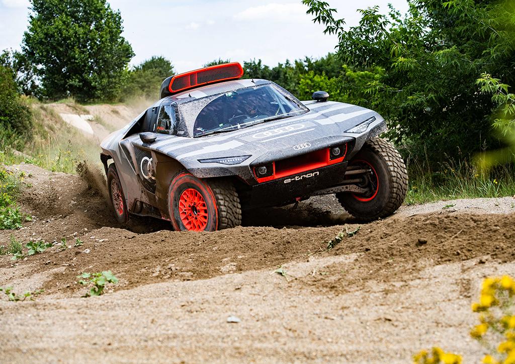 "Dakaras. ""Audi"" pristatė elektra varomą visureigį"