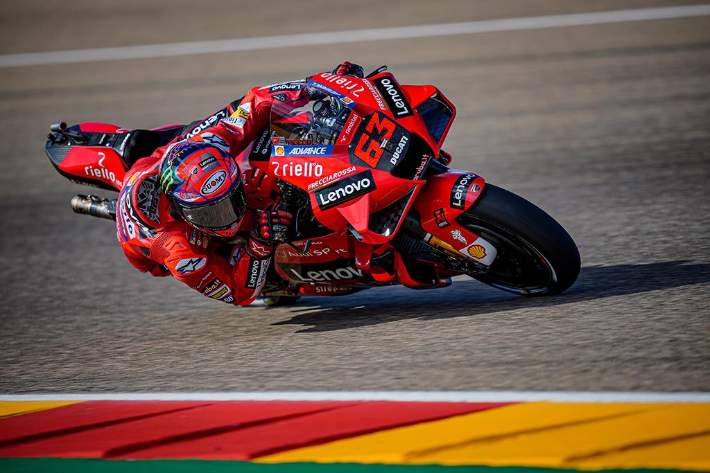 "MotoGP. Aragone ""pole"" iškovojo trasos rekordą pagerinęs F. Bagnaia"