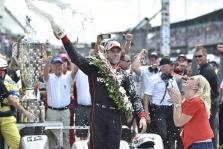 """<span style=""""background:#3f3f3f; color:white; padding: 0 2px"""">IndyCar</span> W. Poweris pirmą kartą nugalėjo """"Indianapolis 500"""" lenktynėse"""