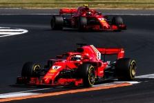 """S. Marchionnei pagerbti - juodos juostos ant """"Ferrari"""" bolidų"""