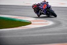 """MotoGP. Valensijoje po ilgos pertraukos """"pole"""" iškovojo M. Vinalesas"""