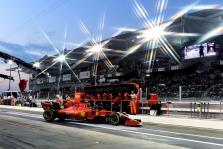 """Teisėjai nubaudė """"Ferrari"""", C. Leclercas išsaugojo trečią vietą"""