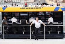 """Z. Brownas: keturios komandos gali išeiti iš """"Formulės-1"""""""