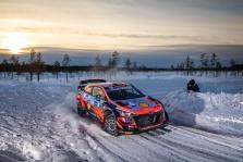 WRC. O. Tanakas išlieka Arktikos ralio lyderiu, S. Ogier patyrė avariją